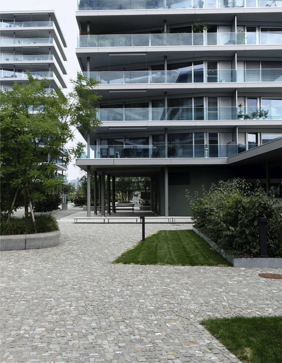 Kompakt und gepflegt präsentiert sich der Aussenraum im Inneren der Überbauung Feldpark in Zug. Architektur: Wiederkehr Krummenacher Architekten.