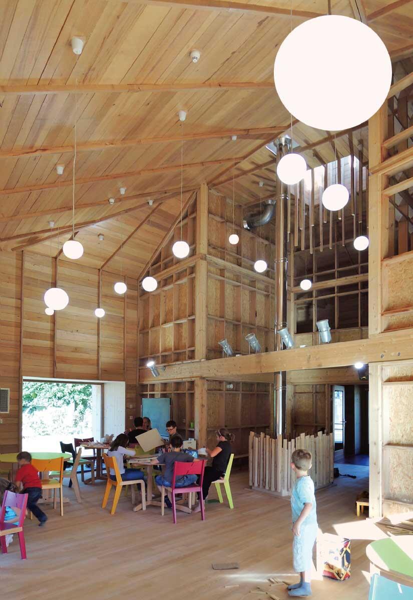 Buchenholz aus der Umgebung auch für den scheunenartigen Innenraum. Bild: Haha architectures