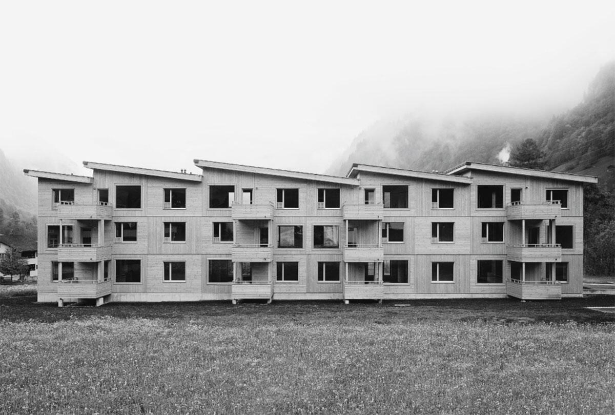 Das Sheddach erinnert zum einen an die Industriearchitektur im Kanton Glarus und ist zum anderen ein Ausdruck der geschossweise versetzten überhohen Wohn-Essräume.