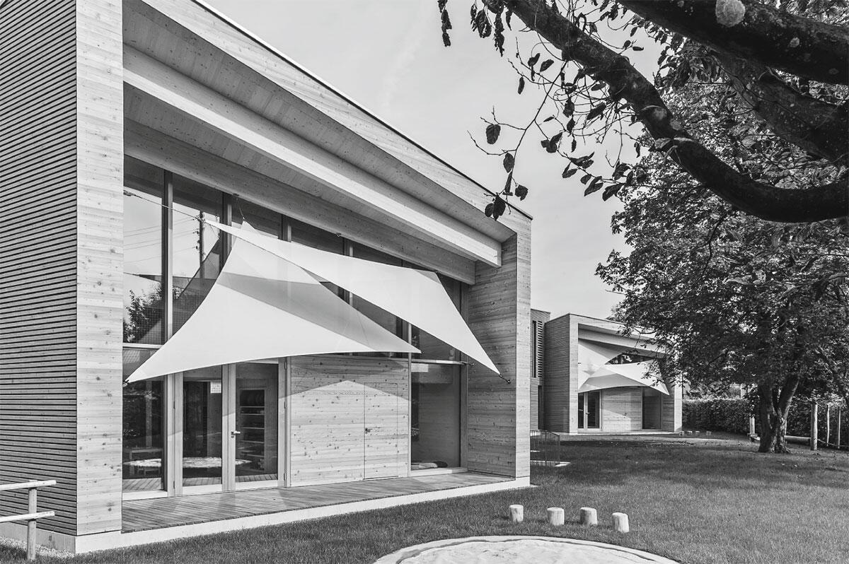 Ansicht an die eingeschossige, überhohen Haupträume des Doppelkindergartens in Zwingen von Hörler Architekten.
