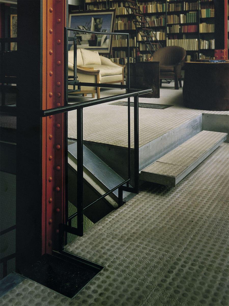 Noppenboden auf Stahlkonstruktion als hygienisches Material in der Maison de Verre von Pierre Chareau, 1932.