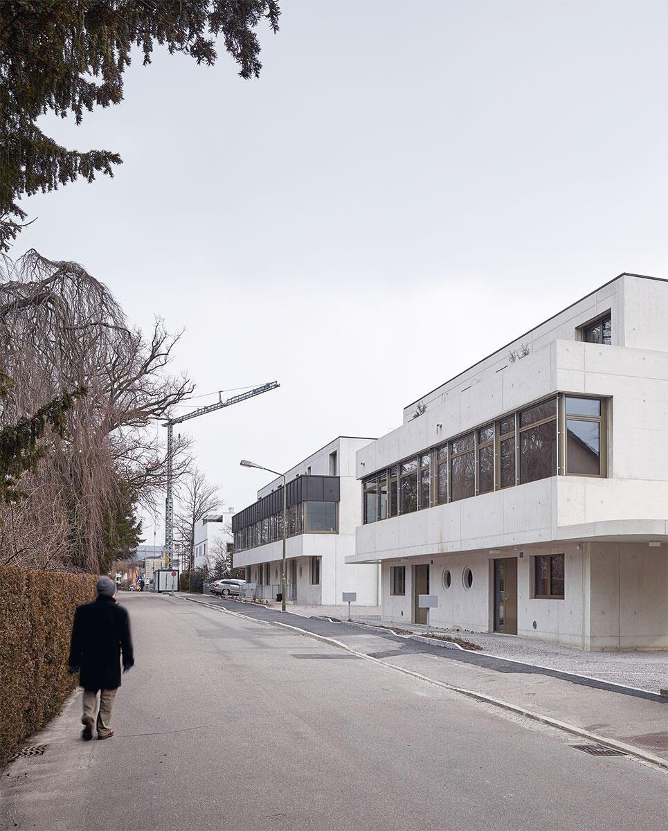 Die beiden Neubauten von Bernath + Widmer an der Winterthurer Leimeneggstrasse schliessen sich mit Siegrists Architektur (hinten) zu einer städtebaulichen Einheit zusammen. Bild: Roland Bernath