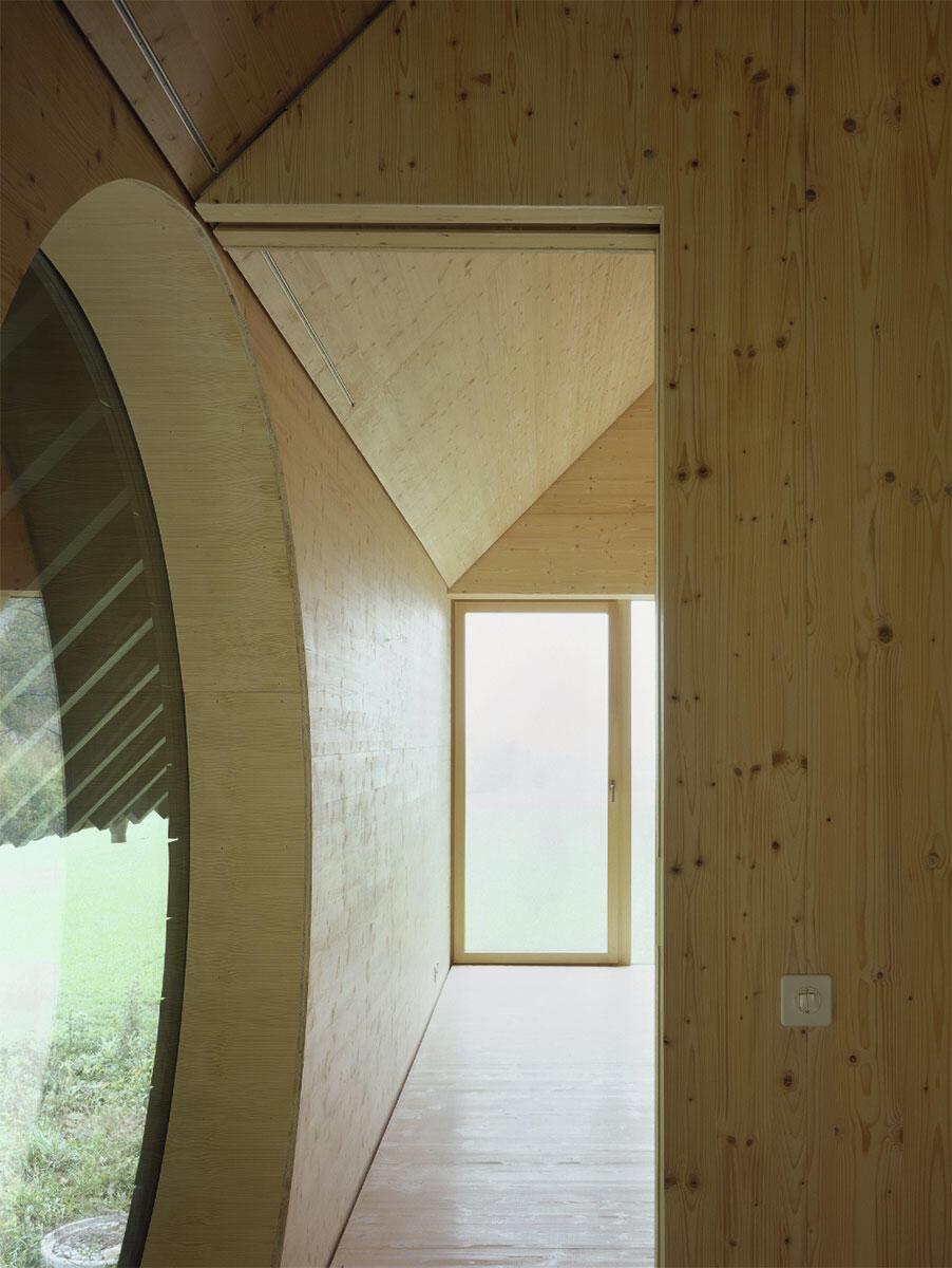 Tragstruktur als Zeichen, Fenster als architektonische Begegnung: Formen erhalten ein Eigenleben und verweisen auf alltägliche wie elitäre Diskurse.