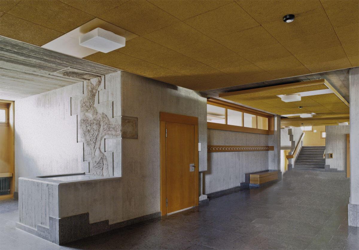 Pausenbereich im Obergeschoss. Der überbordende Gestaltungswille der 1960er Jahre steht im Vordergrund. Verbesserungsmassnahmen sind zurückhaltend und reversibel von Fierz Architekten umgesetzt.