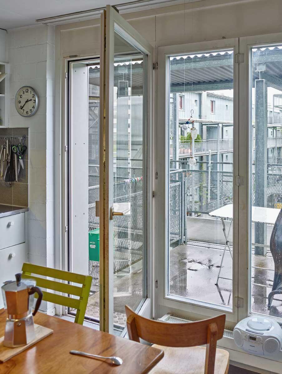 Privater Blick auf das «Haus als Weg»: Küche am Laubengang im Brahmshof Zürich (1991), der zugleich als Wohnungsbalkon dient. Bild: Philip Heckhausen