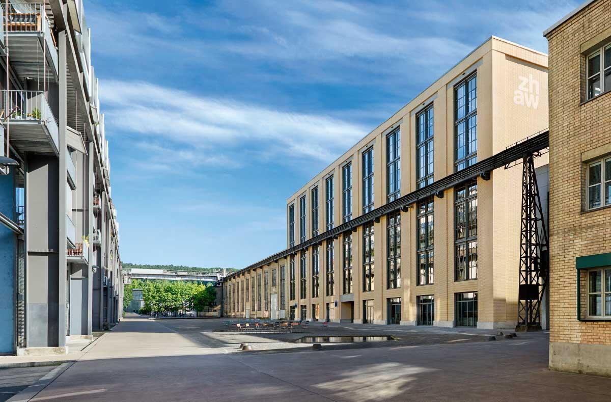 Passgenau ist der neue Hochschulbau in den industriellen Bestand am Katharina-Sulzer-Platz eingefügt. Bild: Luca Zanier