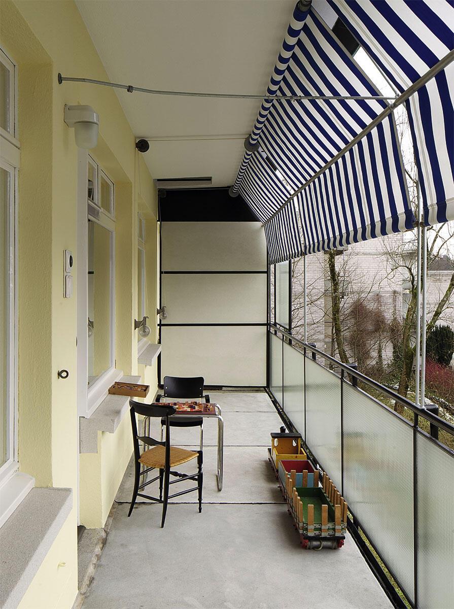 Die Terrassen vor dem Obergeschoss 2015. Alle konstruktiven Elemente sind original erhalten, nur der Betonüberzug des Bodens ist neu im Wohnhaus Eierbrecht von Werner Max Moser. Instandsetzung durch Ruggero Tropeano Architekten.