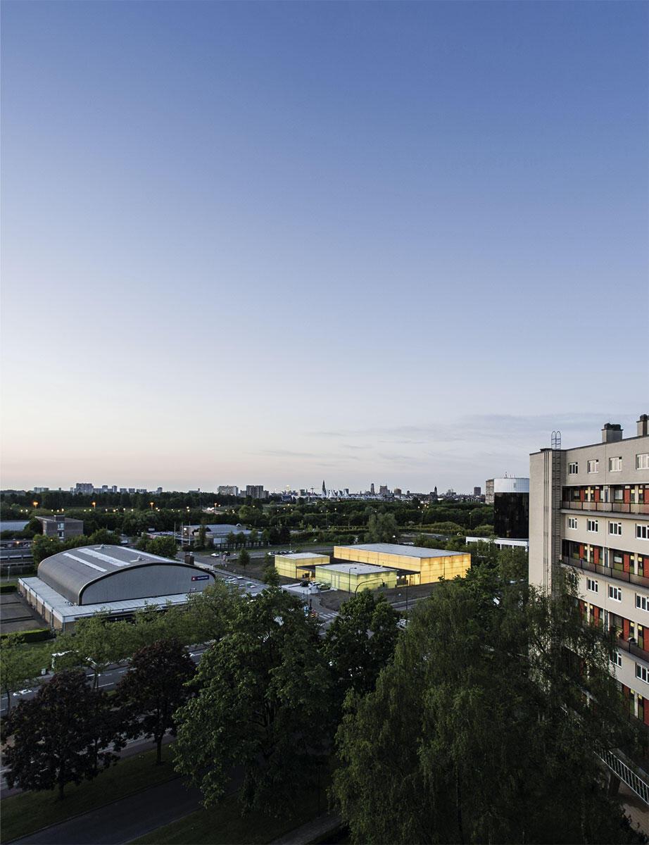 Durch die transluzenten Fassaden der Turnhallen Kiel in Antwerpen von UR architecten dringt das Licht nach aussen und lässt den Sportkomplex ganz direkt als wichtigen öffentlichen Ort erscheinen.