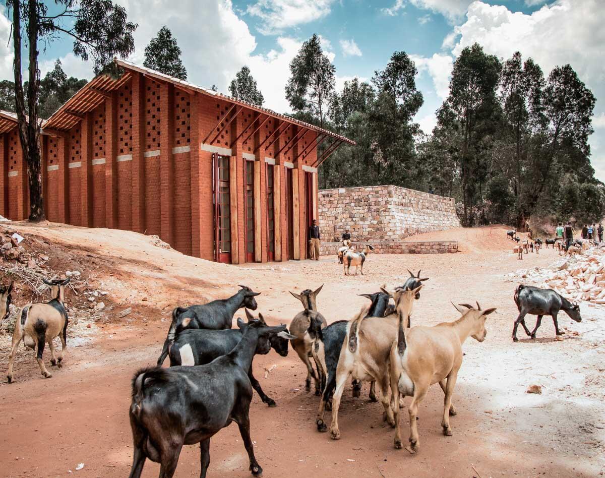Die Bibliothek in Burundi entstand vor Ort nach lokaler Bautradition und mit einer Ziegelpresse aus der kolonialen Vergangenheit. Bild: BC Architects