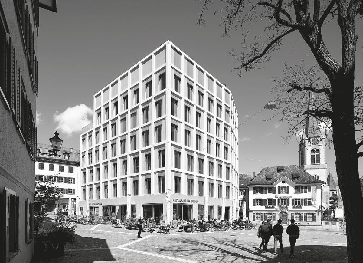Der markante Neubau fasst den Rathausplatz mit der katholischen Kirche und bildet den Auftakt zur Marktgasse.