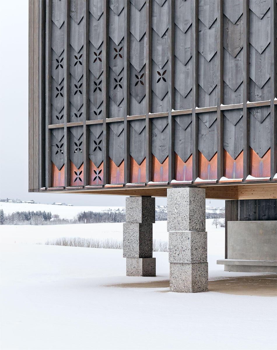«Schindeln» aus Dreischichtplatte: zwischen Biberschwanz und Wappenscheibe. Massive Granitsäulen markieren Horizonte. Bild: Luis Díaz Díaz