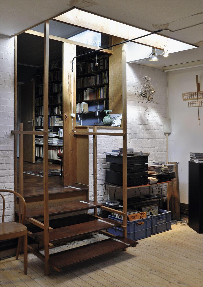Für den 80-jährigen Sigurd Lewerentz entwarf Klas Anshelm einen Atelier-Anbau an das eigene Haus. Zwischen Alt und Neu geriet die kleine Treppe zum Kunstwerk.