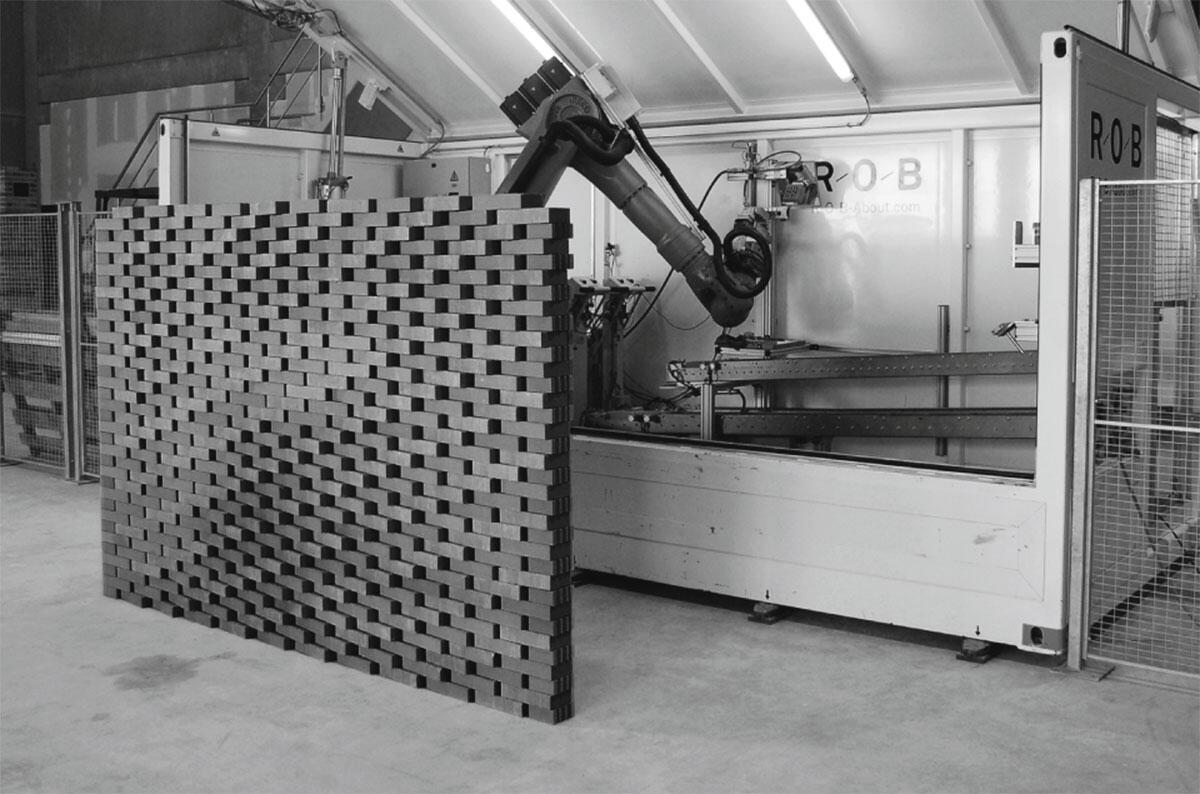 Erhöhte Freiheitsgrade I: ROB, der Roboter der Keller Ziegeleien in Pfungen klebt und schichtet Ziegel aus dem Container zu Wänden.