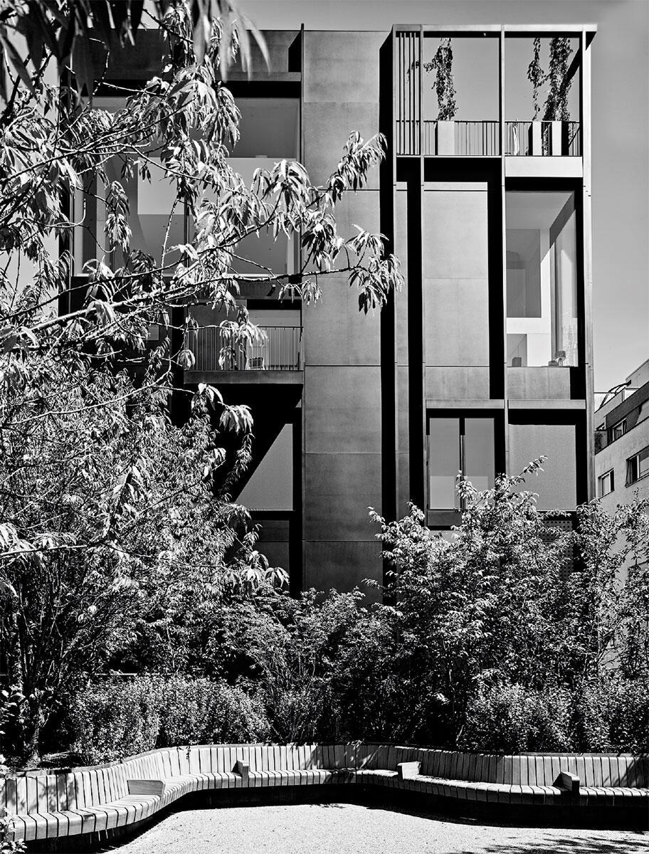In der Enge der Hofparzelle ermöglichten die Architekten der angrenzenden Altersresidenz einen üppig bepflanzten Aussenraum. Als Gegenleistung erhielten sie ein Näherbaurecht.