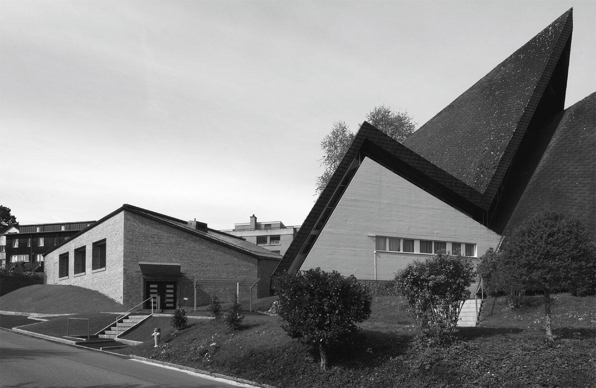 Ansicht von Nordosten: Das Pfarreizentrum St. Paulus in Dielsdorf von Ladner Meier Architekten