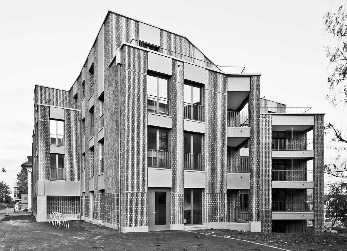 Die beiden Häuser unterscheiden sich in der Farbigkeit von Backstein-Riemchen und Sonnenschutz. Vergleichbar sind sie in der Qualität der soliden handwerklichen Ausführung.  Bild: David Grandorge