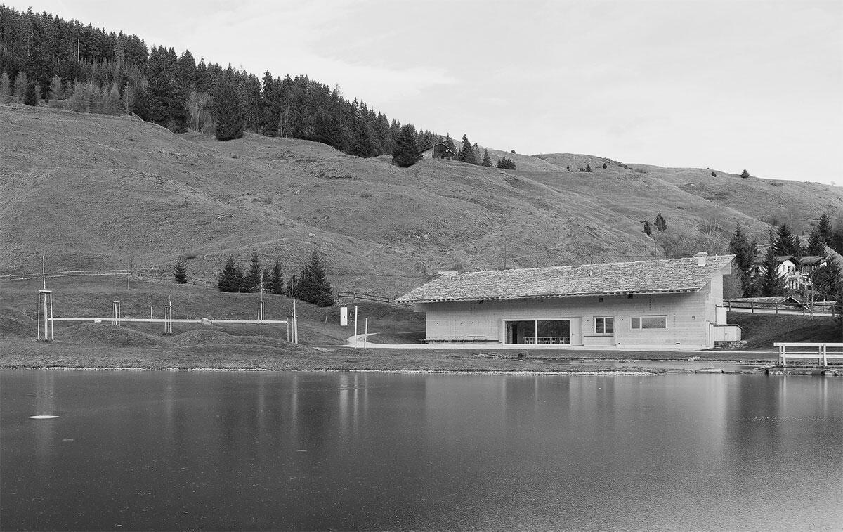 Die Hanglage ermöglicht einen direkten Zugang zu den Garderoben bergseits. Zum See hin öffnet sich der zentrale Gastraum (rechts) als gute Stube mit breiter Front. Anstelle der alten Stallscheune dient nun die Ustrietta am Badesee den Bedürfnissen der Gäste.