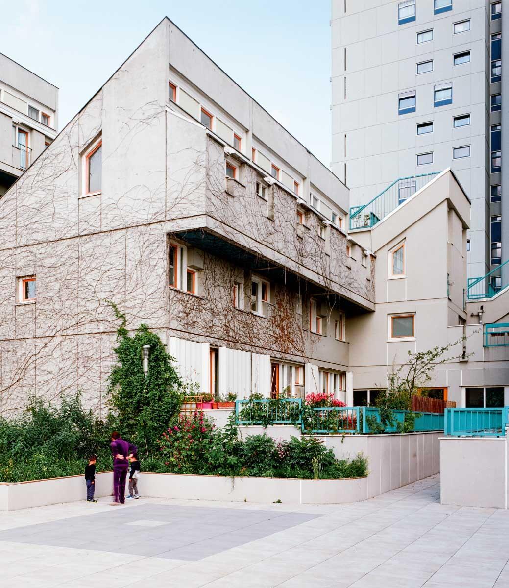 Ensemble Marat, 1971 – 86. Im Hof der späten Siedlung mit Reihenhauscharakter und privaten Vorgärten Bild: Giaime Meloni