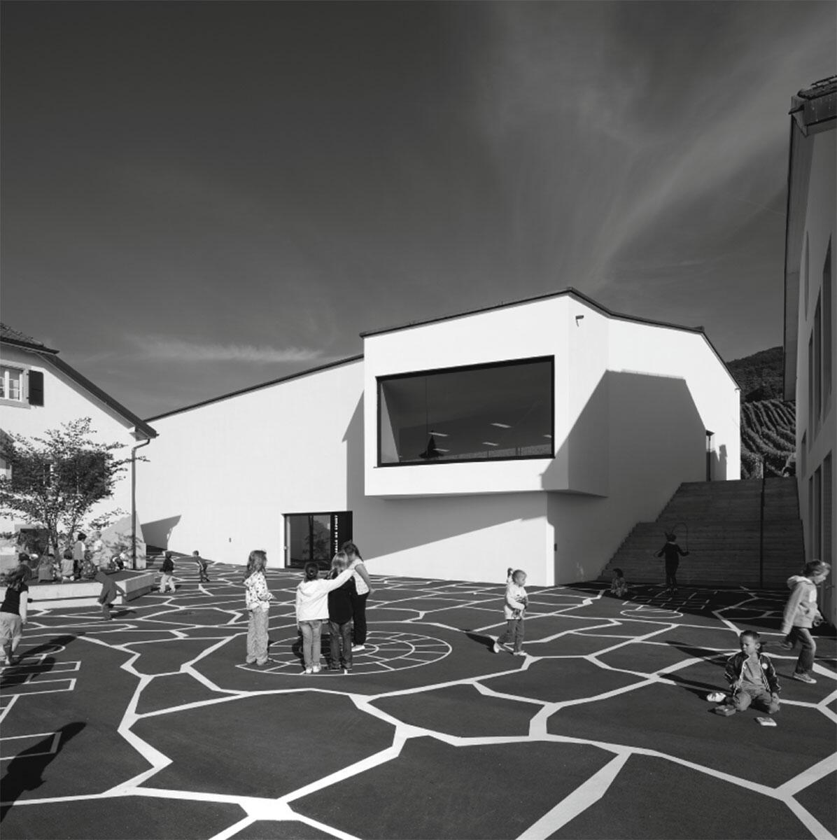 Die Aussenansicht der Turnhalle in Mont-sur-Rolle von Ruffieux-Chehab Architectes.