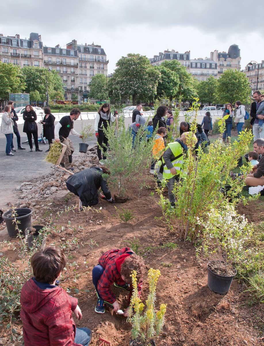 Place de la Nation, im Frühjahr 2017: Anwohnerinnen ud Anwohner bepflanzen die zentralen Grünfläche. Bild: Coloco, Ane Blom