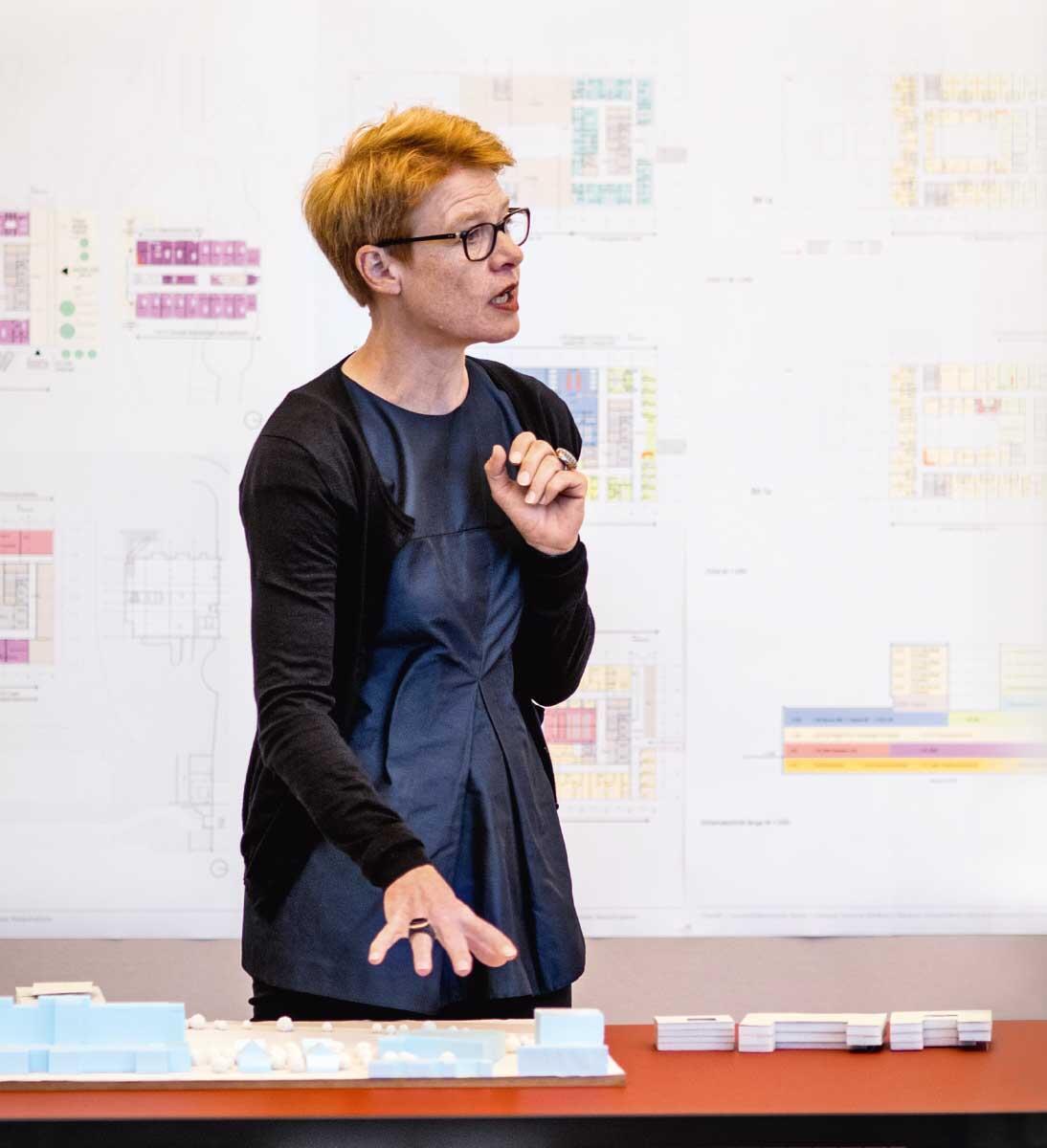 Debatten zur Architekturqualität: seit 2007 im Baukollegium, das Regula Lüscher in Berlin eingeführt hat.  Bild: Lidia Tirri