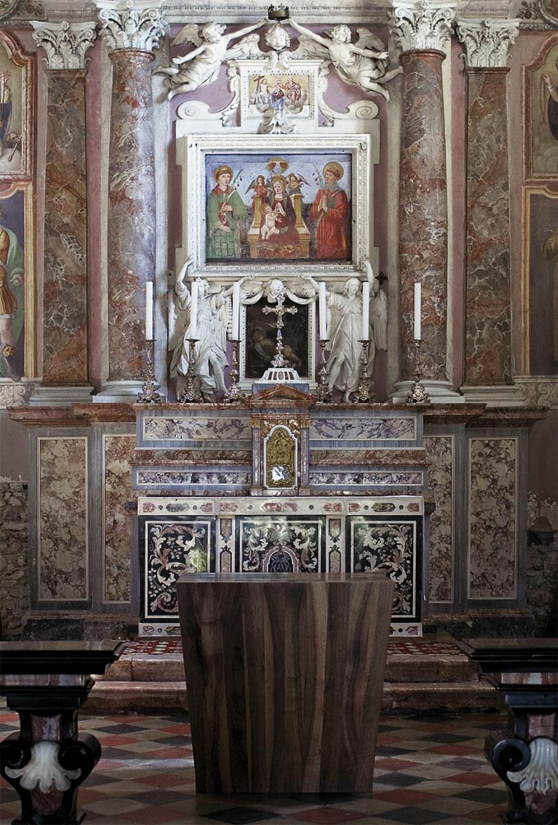 Nicolas Polli. Altar für die Kirche San Giuseppe in Ligornetto, 2008. Der Altar aus einheimischem Nussbaum-Kernholz ist aus achtzig Kanthölzern zusammengefügt, die mit Hochdruck zusammengeleimt einen nach oben leicht ausladenden, keilförmigen Körper ergeben.