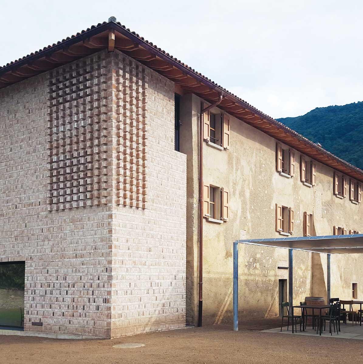 Die südöstliche Ecke des Komplexes wurde aus Backstein neu aufgebaut. Sie erinnert an die Ecktürme lombardischer Landgüter. Bild: Annalisa d'Apice