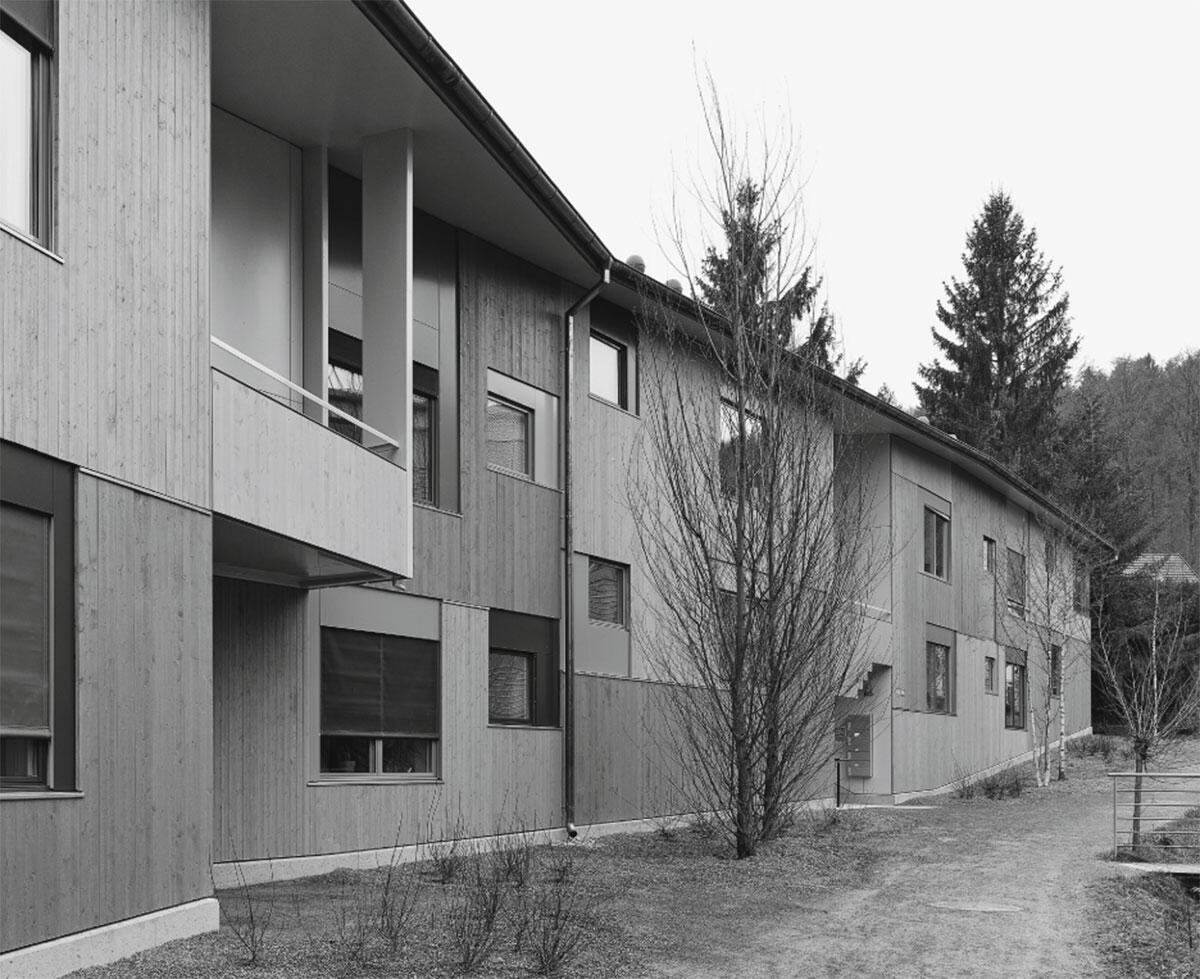 Ansicht der Nordostfassade am freigelegtem Bach. Wohnhaus Avellana in Zürich-Schwamendingen von Edelaar Mosayebi Inderbitzin, Zürich.