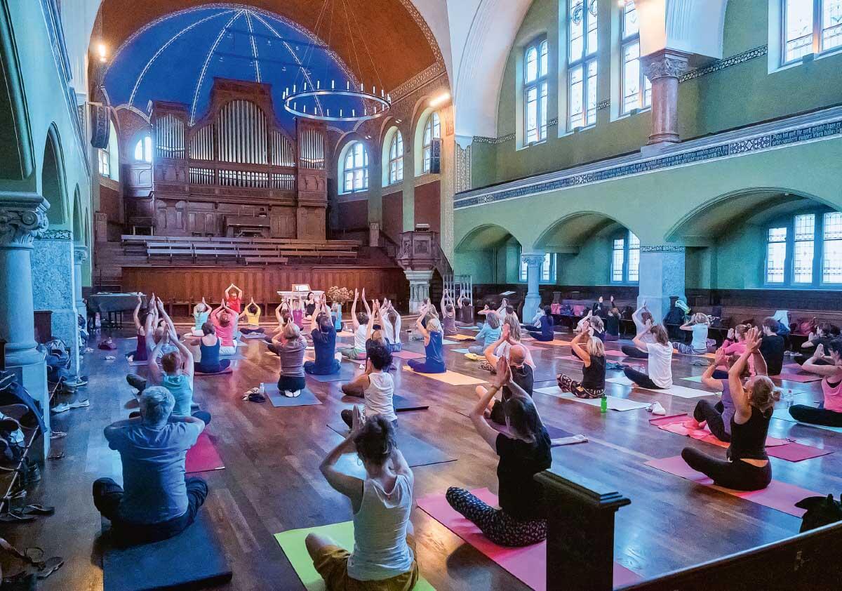 In der Offenen Kirche St. Jakob in Zürich findet Unterschiedliches statt: Konzerte, Debatten, Gottesdienste – und auch Yoga.  Bild: Cedric Haindl (anlässlich openyoga.ch in der Kirche)