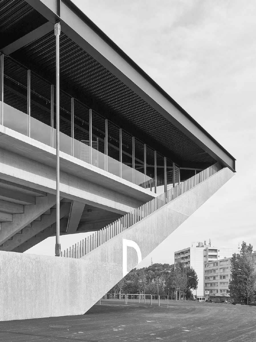 Les angles en porte-à-faux contreventent la structure du stade et offrent à l'intérieur des gradins dont les spectateurs pourront profiter lors de la mi-temps. Bild: Ariel Huber