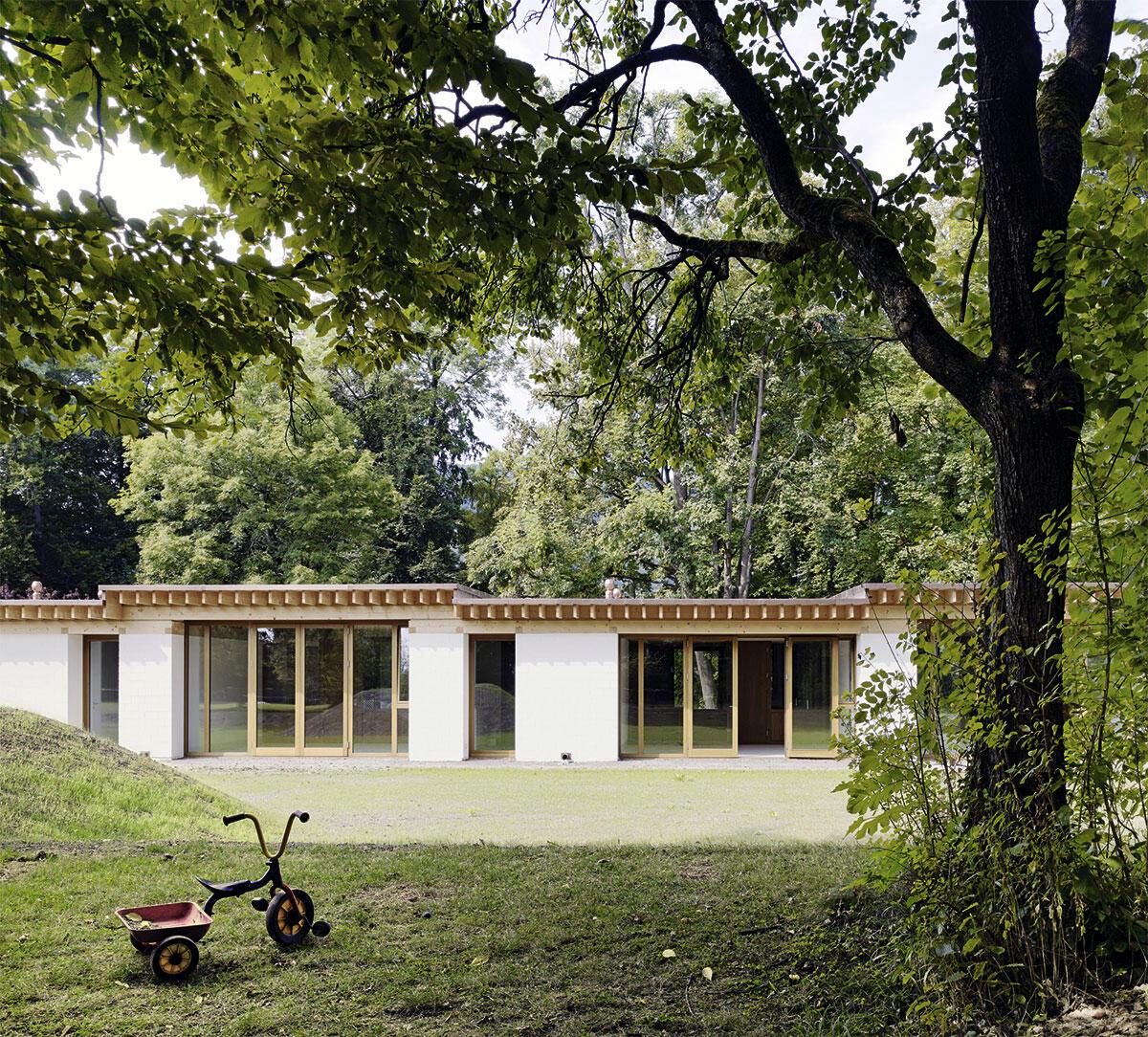 Kinderhaus Entlisberg: Höhere bediente und niedrigere dienende Räume wechseln sich im Gartenpavillon der Kita ab. Architektur und Bauleitung: Bernath + Widmer Architekten und De Pedrini Architekten