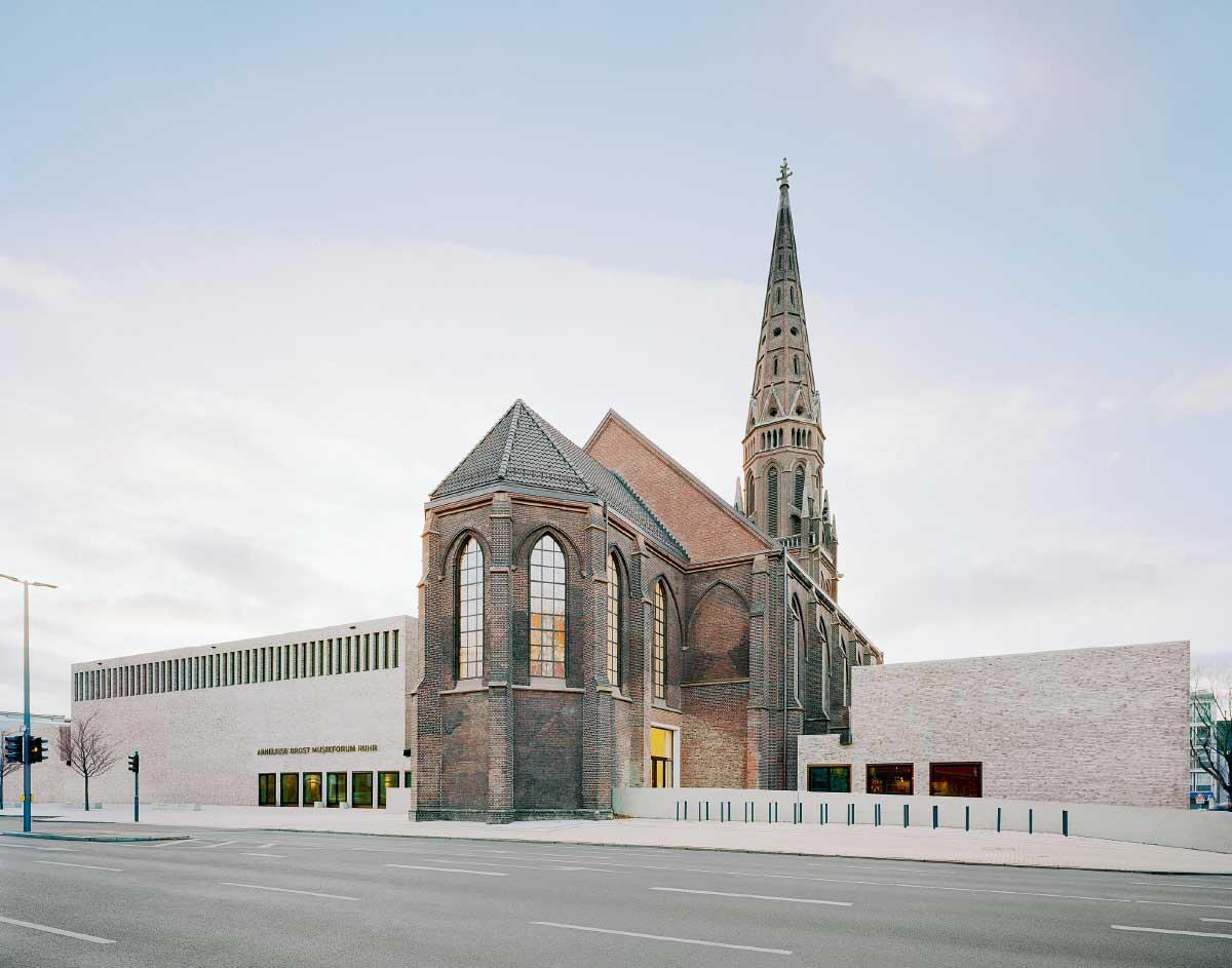 Die schweigsamen neuen Seitenflügel enthalten die Konzertsäle des Musikforums; sie flankieren die Kirche, die als zentrales Foyer dient. Der Eingang wurde folgerichtig auf die Ostseite verlegt. Bild: Brigida González