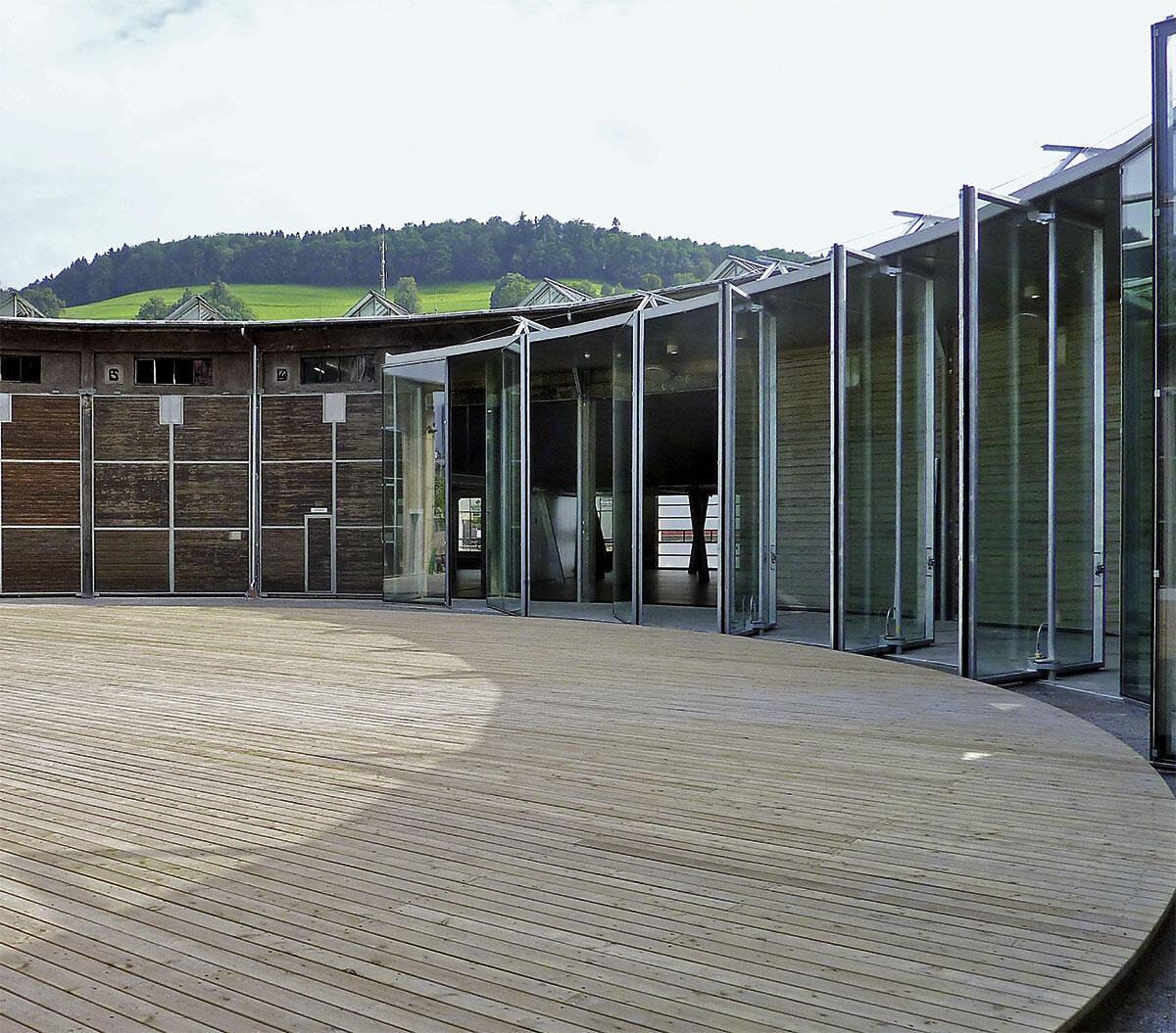 Lokremise St. Gallen: Rotunde mit der neuen Eingangsfront und dem Holzdeck, unter dem das alte Drehkreuz verborgen liegt.
