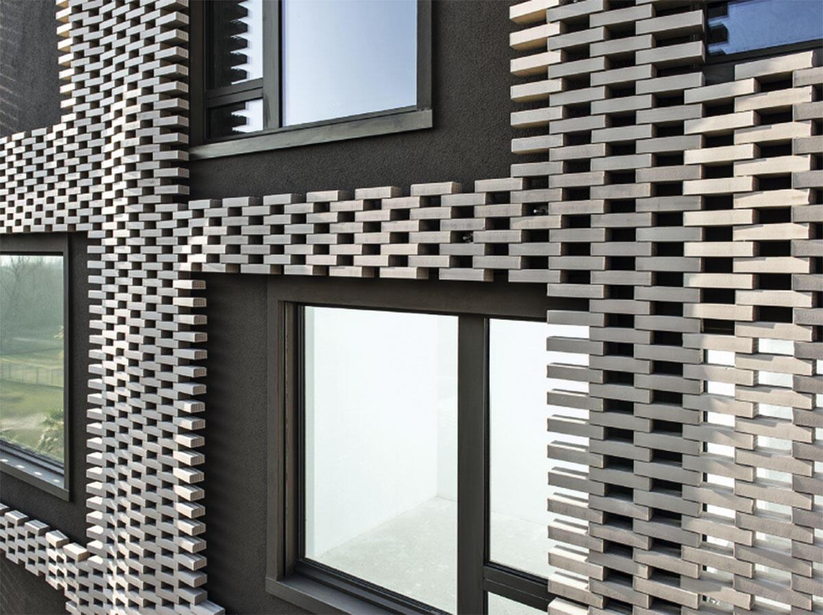Die Körper der drei Wohnhäuser in Solduni von Francesco Buzzi sind nahtlos mit Elementen aus vom Roboter gefügten Ziegeln bekleidet.