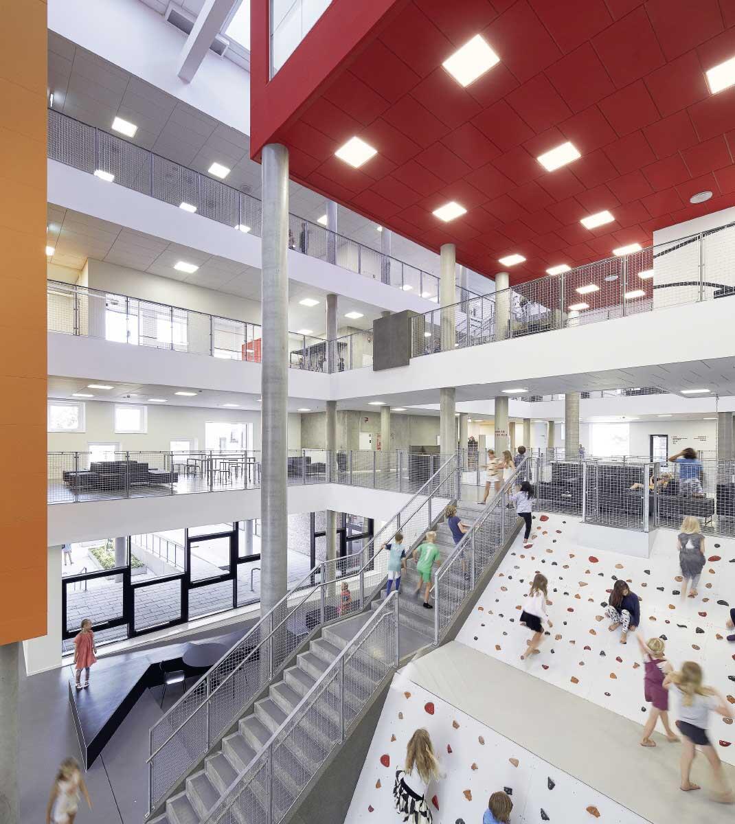 Ganztagesschulen erfordern Räume für Begegnung und Rückzug, für Bewegung und Ruhe. Atrium in der Frederiksbjerg-Schule in Århus, Dänemark (Henning Larsen Architects, 2016).  Bild: Hufton + Crow