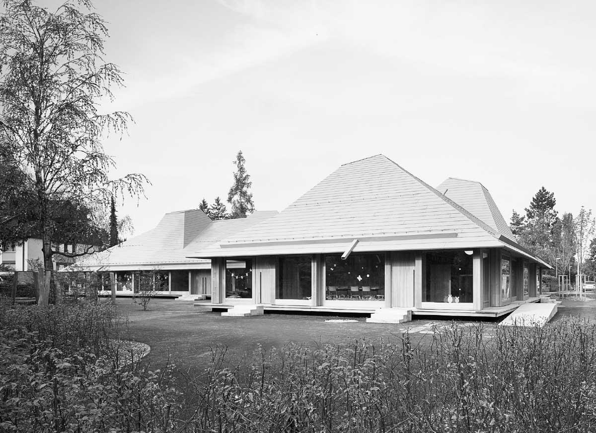 Doppelkindergarten und Tagesstruktur sind unter einem Dach vereint, jeder Teil ist ein Pavillon für sich, und alle Räume können entlang der Fassade zu einem ganzen Haus verbunden werden. Bilder: Ruedi Walti