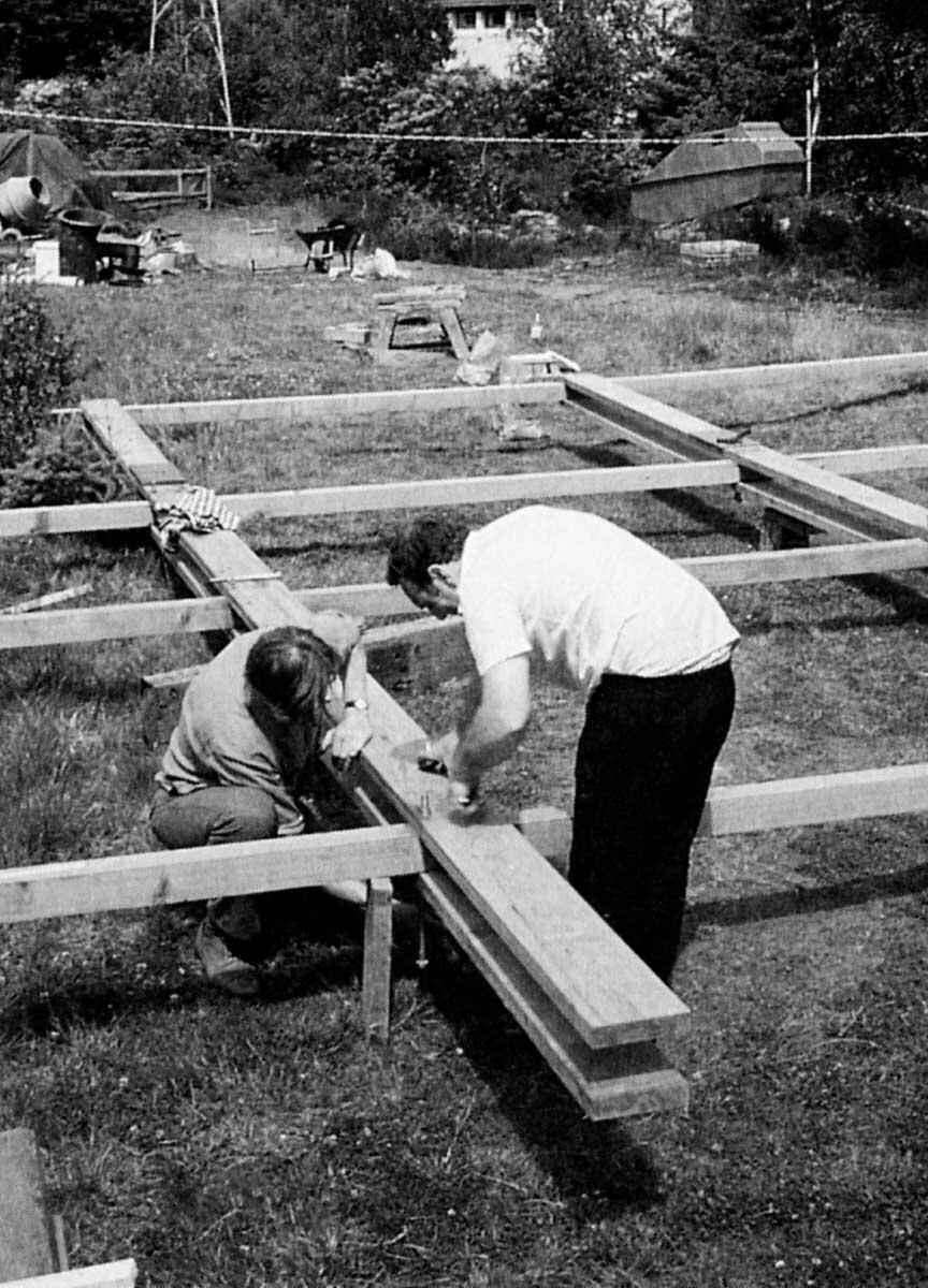 «Methode 1»: Zusammenfügen eines Rahmes am Boden; «Methode 2»: Aufstellen und Fixierung der Rahmen. Bild: Jon Broome, Brian Richardson, The Self Build Book. © Green Books, www.greenbooks.co.uk