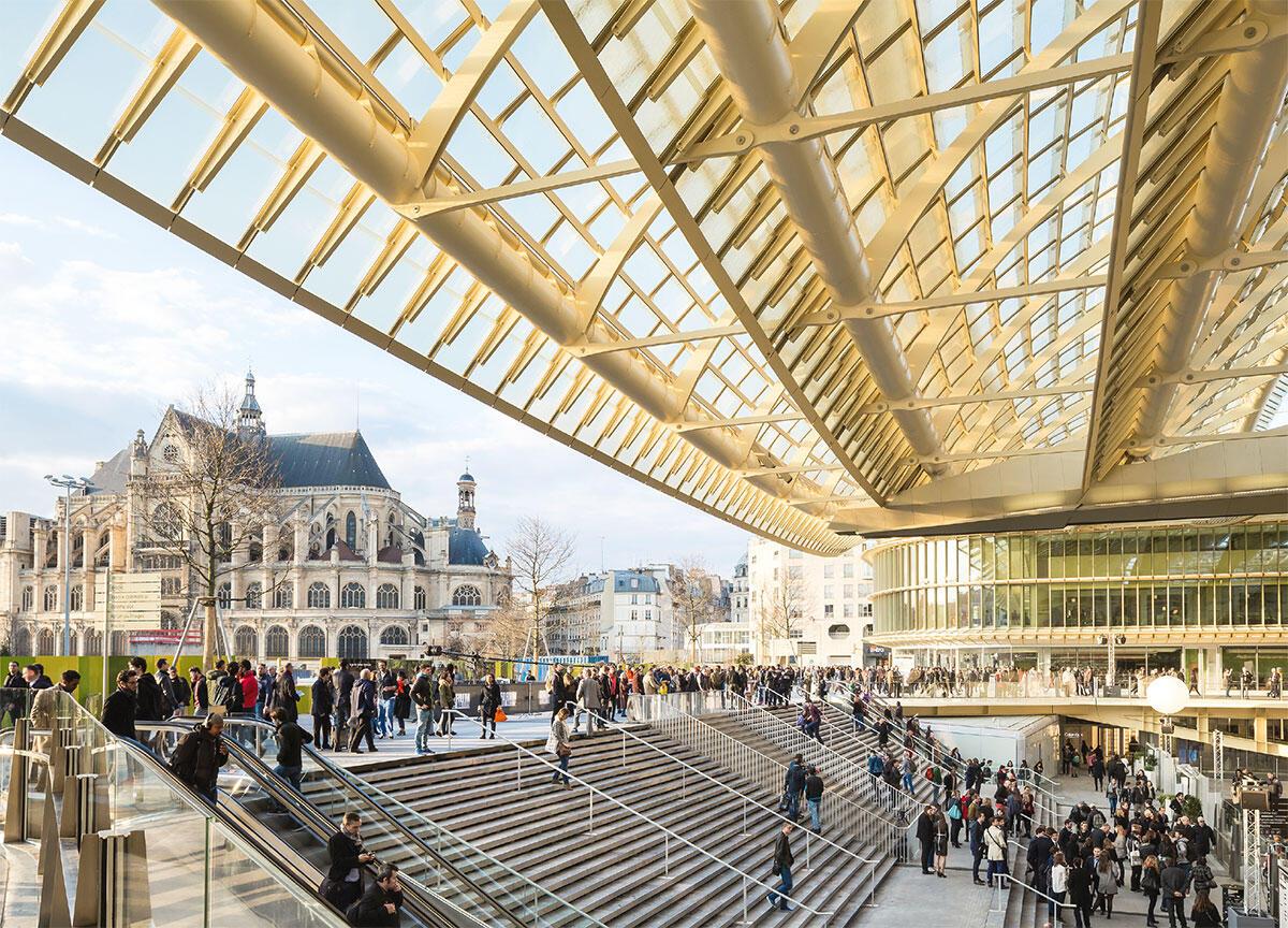 Die Verbindung der Stadtebene (hier die Öffnung zum Park im Westen) vom Forum des Halles in Paris mit dem tief im Untergrund vergrabenen Knotenpunkt von RER und Métro gelingt dem Neubau auf selbstverständliche Weise.