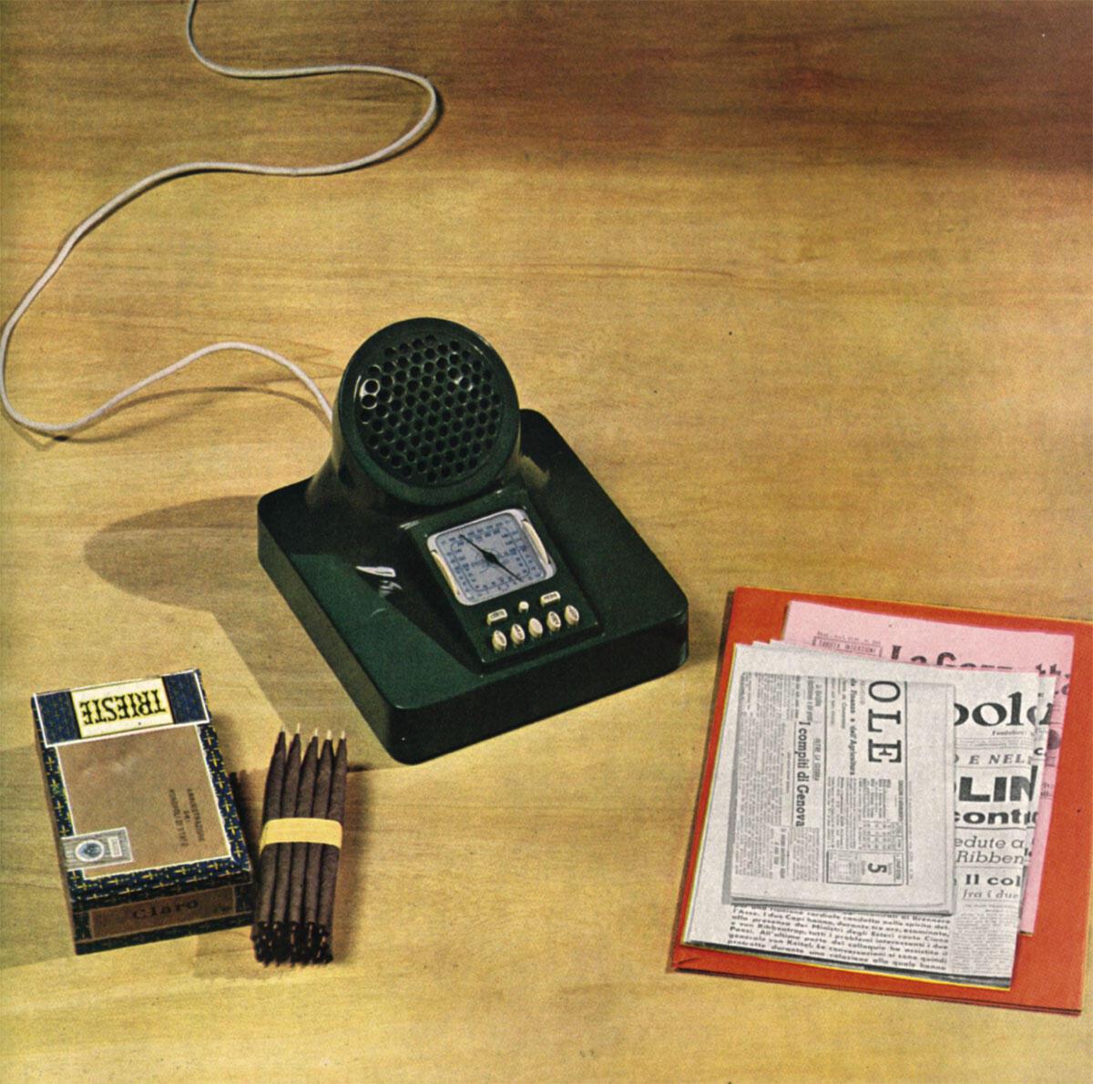 Luigi Caccia Dominioni, Livio und Pier Giacomo Castiglioni: Radioapparat Phonola 547, 1940. Grundfläche 24 × 24 cm, einteiliges Phenolharzgehäuse über Metallchassis.