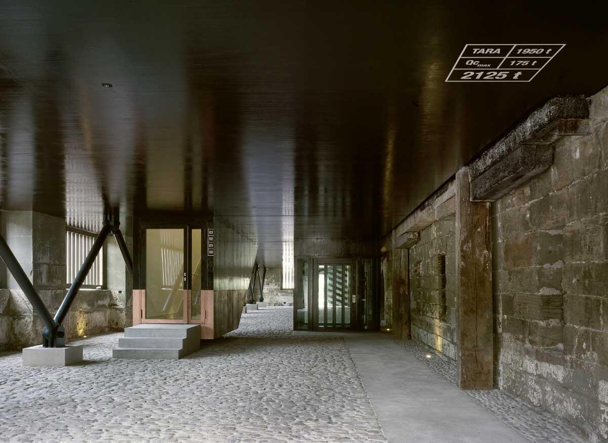 Im frei zugänglichen Erdgeschoss wähnt man sich unter einem Schiffsrumpf, eine Anspielung von Bakker & Blanc an die frühere Nutzung des Gebäudes als Werft. Bild: Marco Bakker