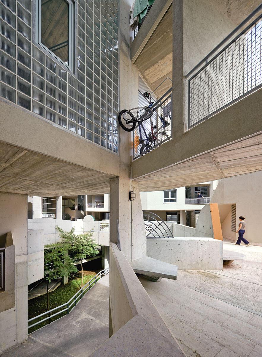 Vielfältige Schwellenzonen, Treffpunkte und Nischen gliedern den Hof des 2011 erbauten Edificio 111 in Barcelona von Ricardo Flores und Eva Prats. Bild: Duccio Malagamba