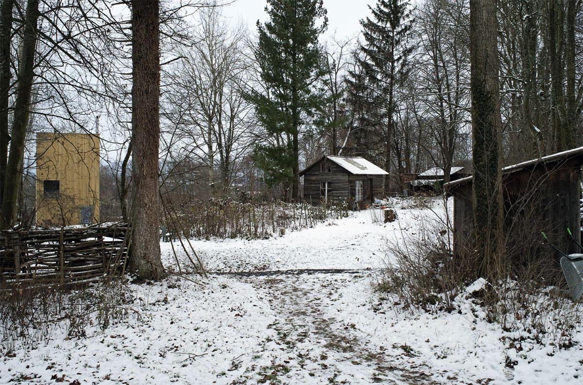 Elementare Kleinbauten von LVPH Architekten im verwilderten Landschaftsgarten.