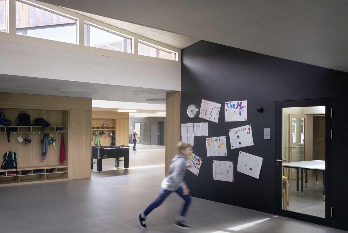 Aus Erschliessungsflächen werden Schulräume: Für die Primarschule Port haben Skop Architekten die Wände mit magnetischer Wandtafel-Farbe gestrichen. Bild: Julien Lanoo