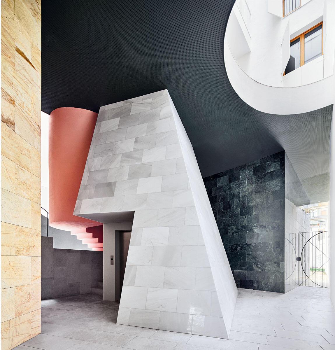 Die Eingangshalle ist ein Weg der Verwandlung. Zwischen den kostbar verkleideten geometrischen Figuren entspinnt sich ein Spiel von Licht, Farben und Raum. Bild: José Hevia