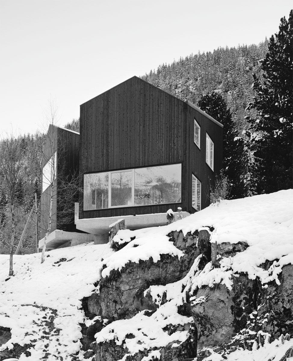 Vue de la maison depuis l'aval. La grande ouverture en bas à droite est celle du séjour. Architecte: Lacroix Chessex architectes.
