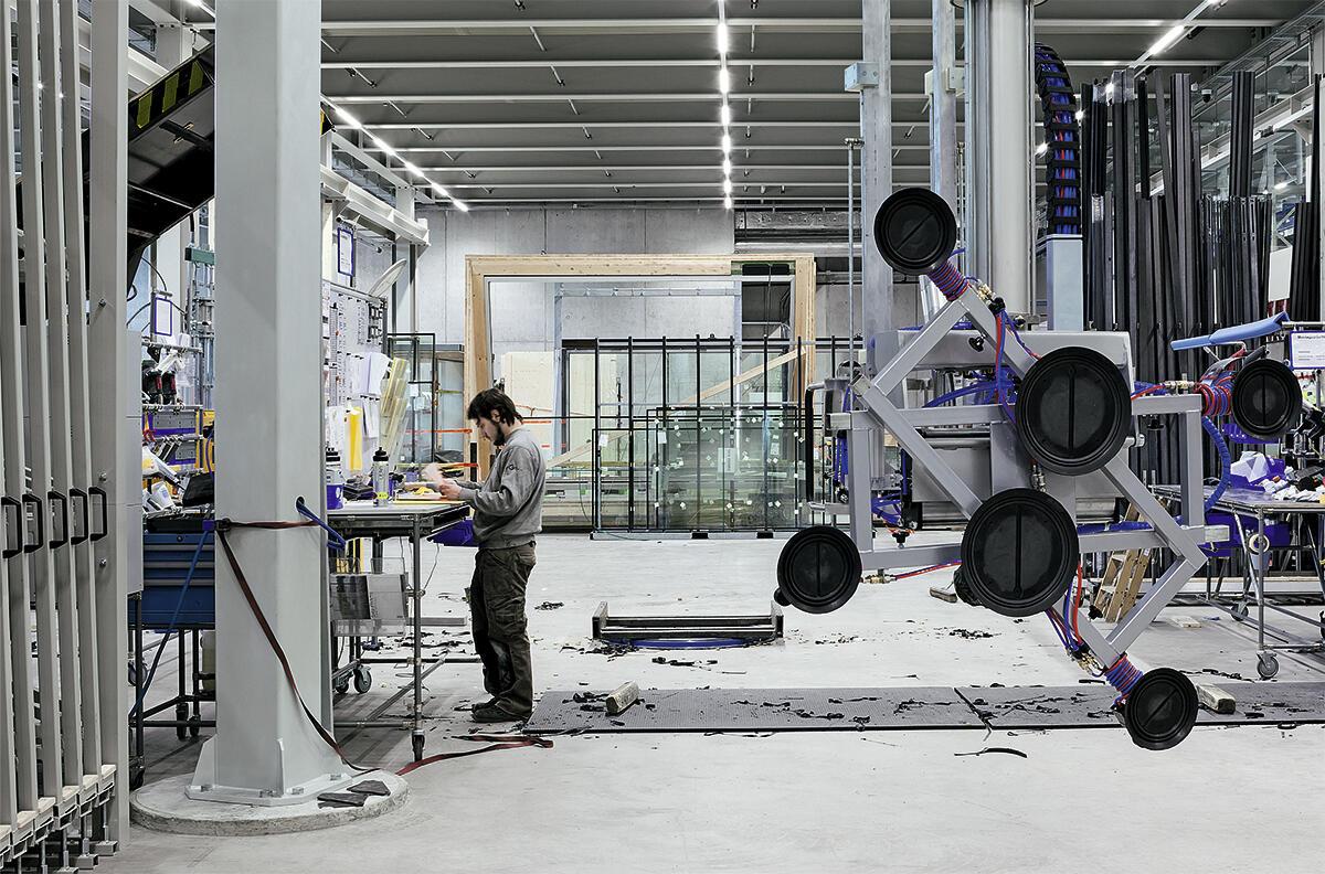 Glasmontage im Erdgeschoss: Ein Mitarbeiter von Sky-Frame bereitet die Qualitätskontrolle vor.