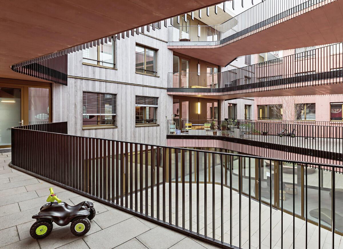 Lärmschutz als bewohnte räumliche Inszenierung: Wohnhof im Inneren des Hauses Baustein 1 von Galli Rudolf Architekten. Bild: Tamara Tschopp