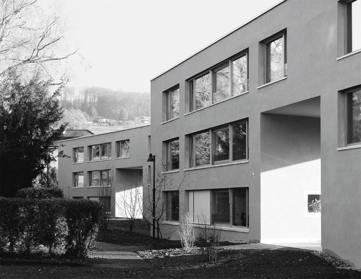Hangseitige Fassade mit Terrassen: Alterswohnungen in Arlesheim von Mathias E. Frey