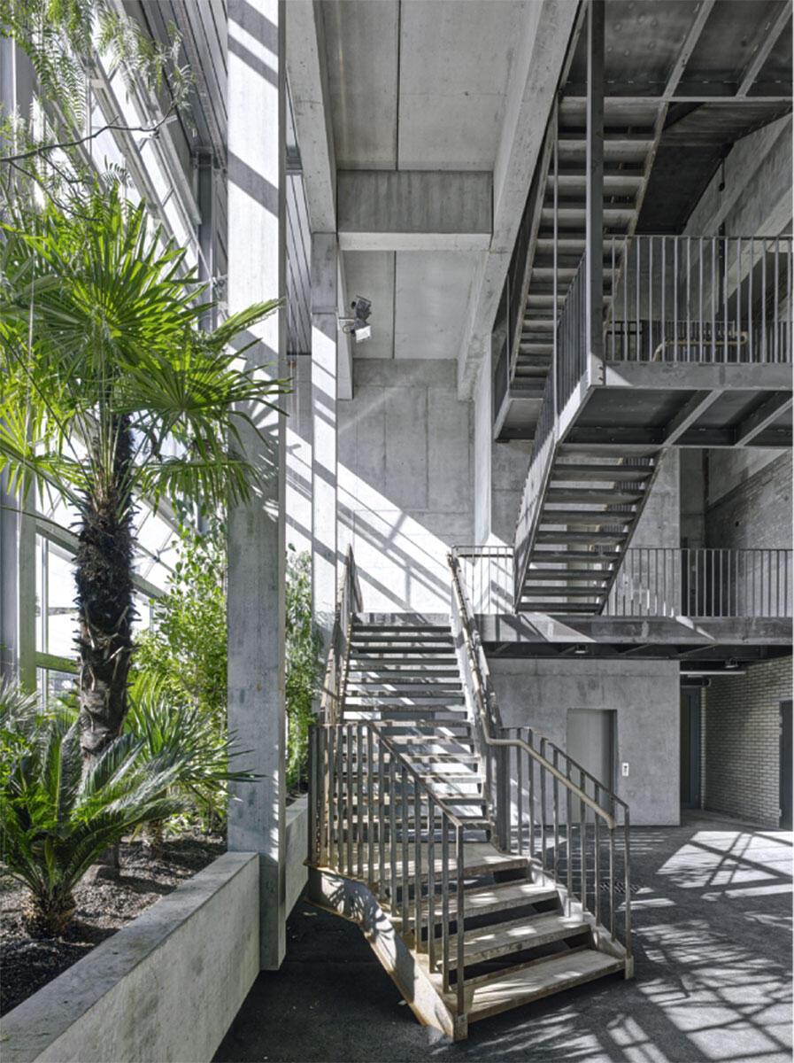 Rauminszenierung in der mehrgeschosigen Eingangshalle der Halle 181 in Winterthur. Umbau von Kilga Popp Architekten.
