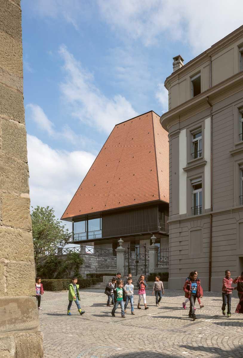 Eine stumpfe Pyramide erhebt sich als Dach über dem neuen Ratssaal an alter Stelle. Form und Eindeckung sind Resultat des demokratischen Prozesses. Bild: Lluís Casals